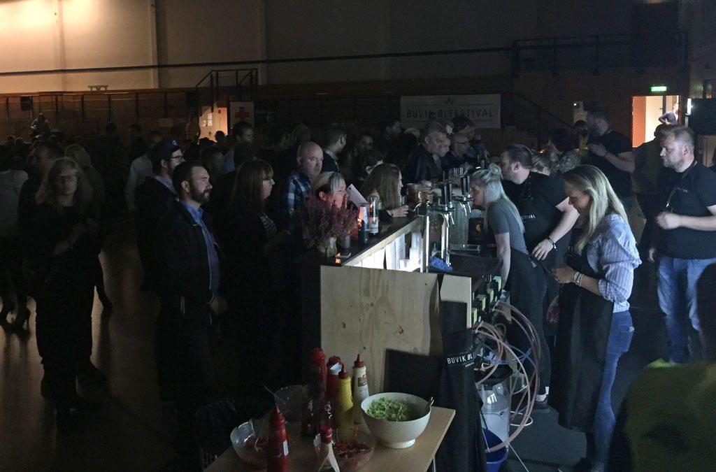 Utover kvelden ble det bra trykk i baren vår - Buvik ølfestival 2016